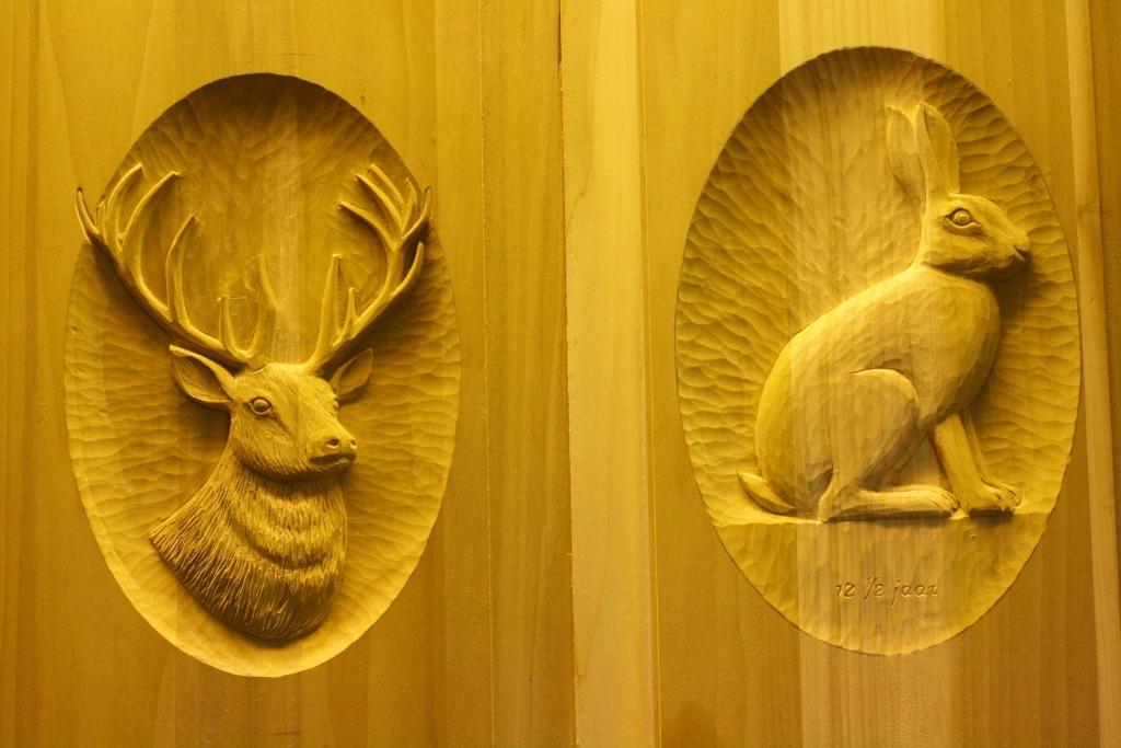 houtsnijwerk in kastdeur